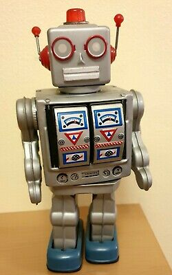 Vintage Tin Toy Robot, 1960 - 1970.  Good Working Condition. • 45£