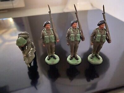 4 British Soldiers Plastic In 1960's Combat Gear • 2.50£