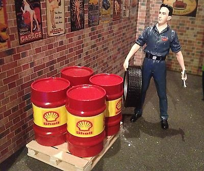 1/18 Scale 2 X Oil Drums And 1 X Pallet • 12.40£