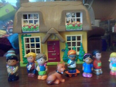Happyland Thatched Cottage With Figures  • 3£