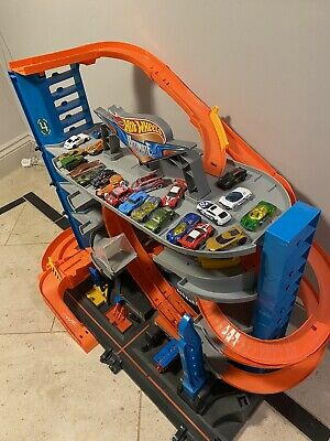 Hot Wheels Ultimate Car Garage Play-set With 20 Cars.  Excellent Condition. • 40£