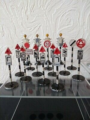 Vintage - Dinky Toys - Meccano -28 ROAD SIGNS. • 69.99£