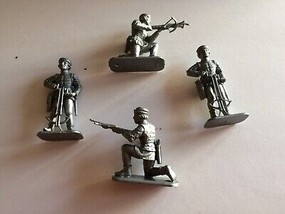 1:32 Scale Plastic MEDIEVAL MEN AT ARMS/CROSSBOW MEN (4 Figures) • 1.99£