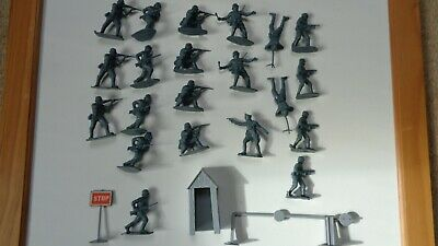 1/32 Airfix German Infantry And Checkpoint • 3£