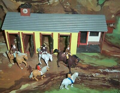 Britains Plastic Stables / Riding School With Horse & Riders Family & Open Doors • 27.75£