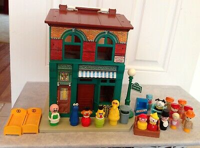 1974 Fisher Price Sesame Street House And Store With Figures • 55£