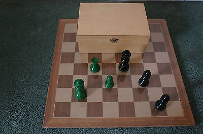 David Westenedge - High Gloss Green & Black Chess Pieces - In Wooden Box UK ONLY • 85£