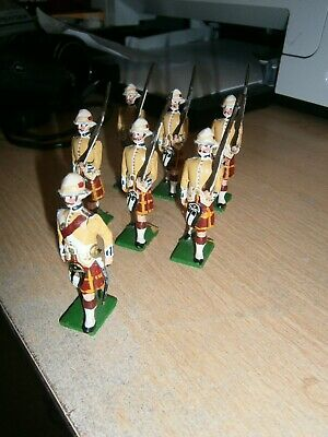 Lot 24: Britains Soldiers - 1:32 Marching Highlanders - Unboxed. • 10.99£