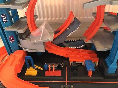 Hot Wheels FTB69 City Garage With Loops And Shark Toy Car • 60£