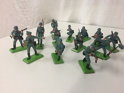 BRITAINS DEETAIL SERIES GERMAN ARMY, 1 Officer And 12 Soldiers, 12 Poses • 12.50£
