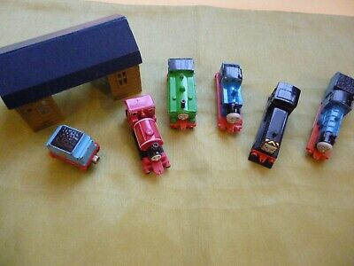 5 X THOMAS THE TANK ERTLE ENGINES, A TENDER & A BUILDING / SHED. • 6£