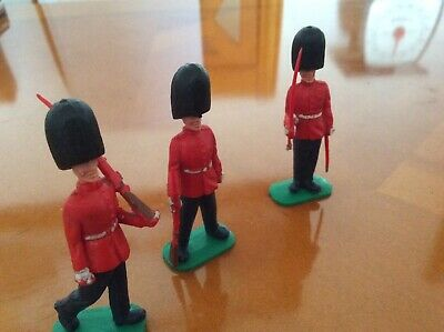 GM1....3 GUARDSMEN....PlASTIC FIGURES..MADE.IN ENGLAND..GOOD CONDITION.....£6.99 • 6.99£