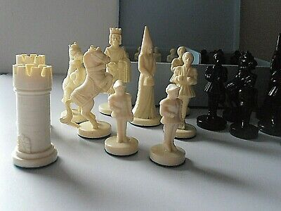 VINTAGE MEDIEVAL STYLE CHESS SET IN VINTAGE BLUE BOX - KING IS 9.5 Cms TALL  • 9.99£