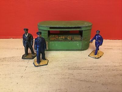 Lead Railway Kiosk And Figures • 10£