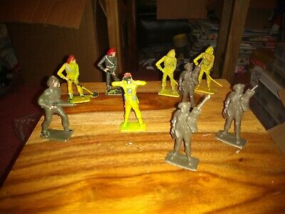 Cherilea WW2 British Red Beret Toy Soldiers. • 3£